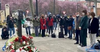 Recuerdan a las víctimas del 3 de marzo con una ofrenda floral,