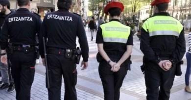 Ertzaintza y policías locales piden colaboración ciudadana para cumplir la nueva normativa sanitaria que ha entrado en vigor a las 00:00 horas de hoy, viernes,