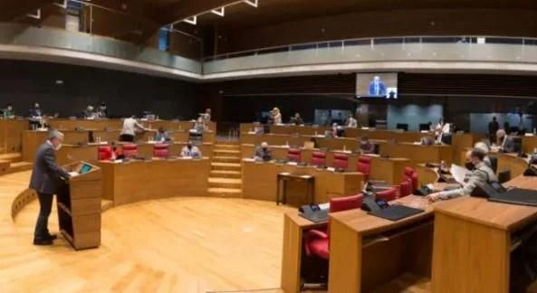 """El Parlamento de Navarra rechaza una declaración de condena por la agresión por """"odio ideológico"""" a un joven en Vitoria,"""