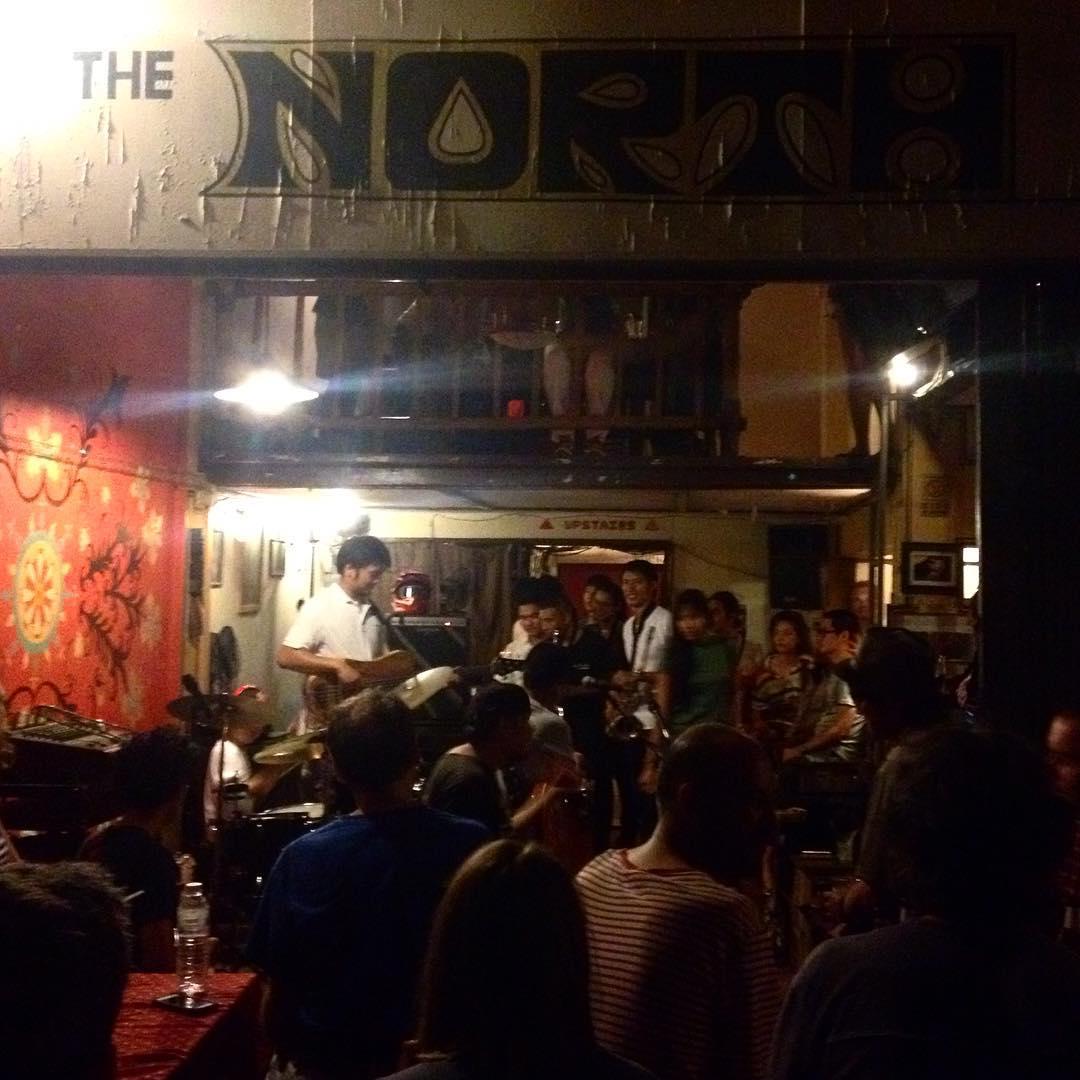 Jam Session no The North Gate Jazz Coop. Tem um menino de 6 anos na bateria e outro de 10 na guitarra - os dois mandando muito bem! Não esperava encontrar jazz de qualidade em Chiang Mai! A cada dia, amo mais essa cidade. ❤️ #eusouatoa #chiangmai #thailand #jamsession #jazz