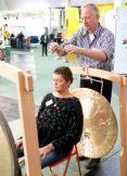 Peter Hess® Klangtherapeut Andreas Hüne demonstriert mit Kollegin Angela Münkel ein Gong-Setting