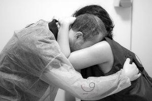Pareja abrazada durante una contracción