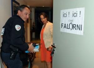 """Un policier constate une affiche """"ici c'est Falorni"""" sur la porte de Ségolène Royal"""