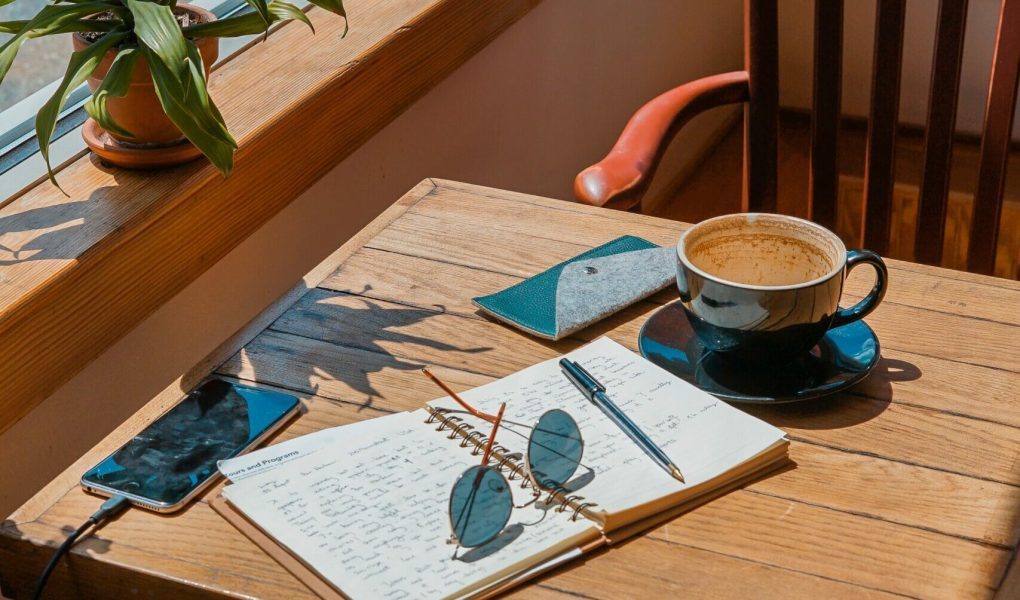 Learn gratitude journaling with this free course that has gratitude prompts for 21 days