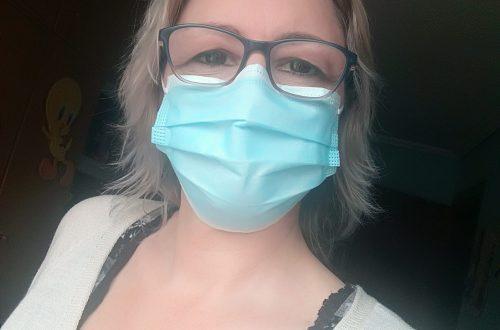 Con mascarilla para evitar contagiar y ser contagiada