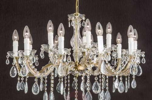 Muy interesante preciosa lámpara de cristales que hay en el hall