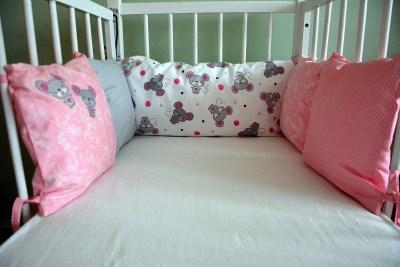 Růžový polštářkový mantinel s myšičkami