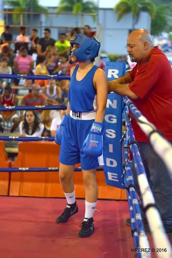 Tatiana Ortíz en la esquina junto a su entrenador (Photo by Tatiana Ortíz)