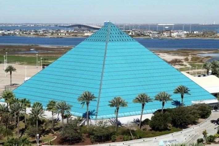 pyramide bleu