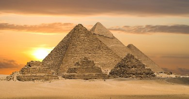 Les mystères des grandes pyramides de Gizeh : formule de la gravité, l'équinoxe, représentation de l'équateur penché, l'Atlantide-antarctique, message caché derrière le Yard et la toise mégalithique