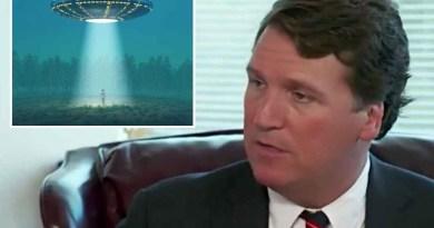 L'animateur Tucker Carlson de Fox News  affirme que le gouvernement américain cache des preuves d'épaves d'OVNIs