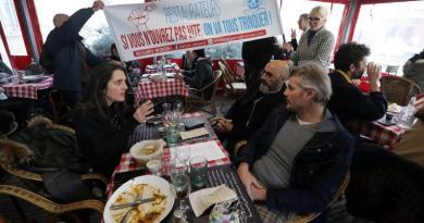 France: un restaurant ouvre ses portes en signe de protestation, la police intervient puis repart, les clients scandent «LIBERTE»