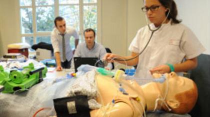 Photo d'étudiants en médecine à l'université de Lyon s'entraînant sur un mannequin