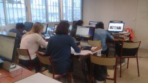 Etudiants en Master devant leur ordinateur pendant un cours d'Evelyne Jardin