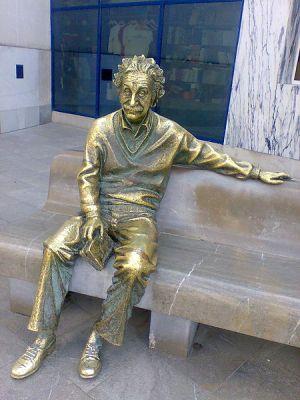 450px-Estatua_de_Einstein._Parque_de_Ciencias_Granada