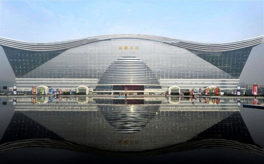 51d9a631e8e44ecad7000081_the-world-s-largest-building-opens-in-china_1-528x329