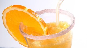 Valencia water (type of coktail);drink;drinks;white liquor;white liqueurs;gin;triple seco;rum;aniseed;anisette;sugar;orange;lemon;cava;sparkling wine;ice;alcohol;alcoholic drink;alcoholic drinks;fruit;fruits;glass with candied rim;sugar on a glass rim;str