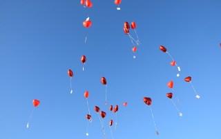 Herz Luftballons zur Hochzeit steigen lassen