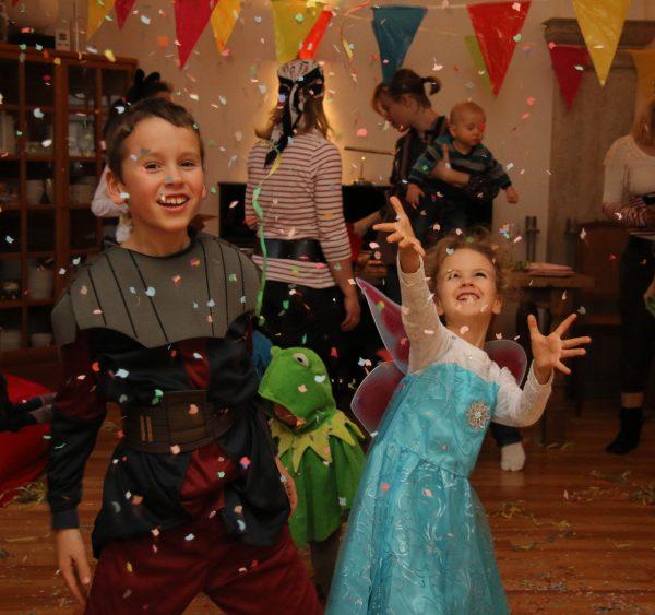 Karneval Kinder in Kostümen Party Zuhause