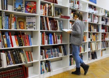 ragazza in biblioteca