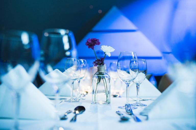 Weingläser mit blauem Hintergrund