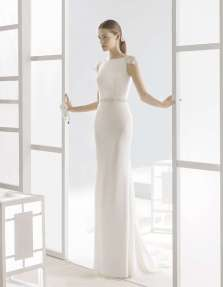 VESTIDO SILUETA DE CREPE CON ESCOTE BARCO Vestido que remarca la silueta de la novia, con escote barco y una caída sugerente. Un diseño incluido en la nueva colección de Rosa Clará 2017.