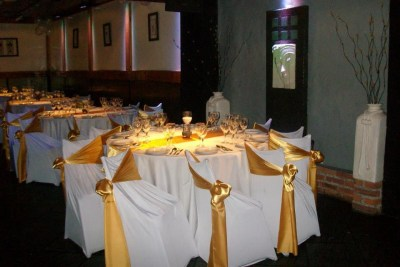Mesas con manteles en blanco y dorado ideal para todo tipo de eventos como Bautismos, Comuniones, Bar y Bat Mitzvah, aniversarios, infantiles y mucho más
