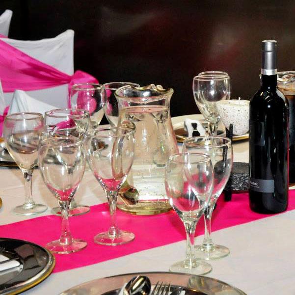 Mesa con mantelería Rosa y Blanca ideal para Fiestas de 15 años, Aniversarios y eventos familiares, en Buenos Aires, Floresta, CABA