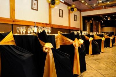 Mesas con manteles en negro y dorado ideal para eventos formales, casamientos, cumpleaños, Bar y Bat Mitzvah, aniversarios, empresariales y mucho más
