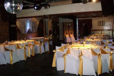 Mesas con manteles en blanco y dorado