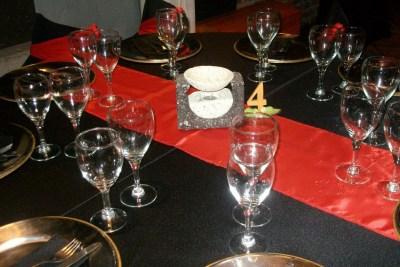 Decoración y Mesas en Negro y Rojo