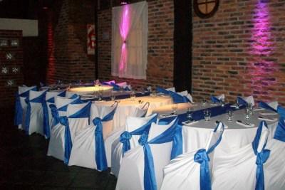 Mesas con Manteles en Blanco y Azul ideal para eventos de despedidas de egresados, Bat y Bar Mitzvah, Cumpleaños y muchos más