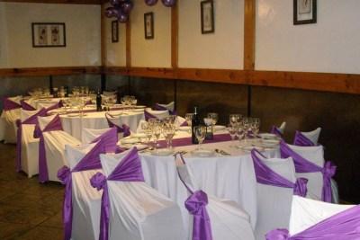 Mesas con Mantelería y decoración en Blanco y Lila ideal para fiestas de 15 años, Bar Bat Mitzvah, cumpleaños, aniversarios y eventos de todo tipo familiar