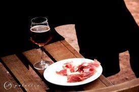 Una cerveza bien fría y un plato de jamón recién cortado