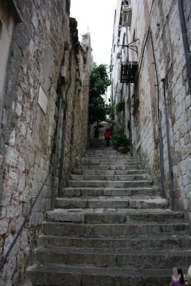 Lange stejle trapper som fører op til bymuren
