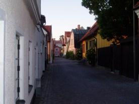De smalle hyggelig gade i midtbyen