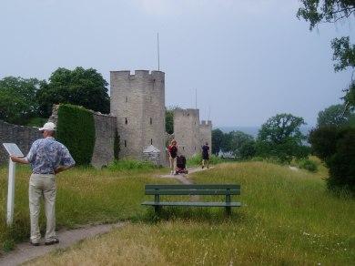 Uden for muren kan man følge en sti rundt om byen