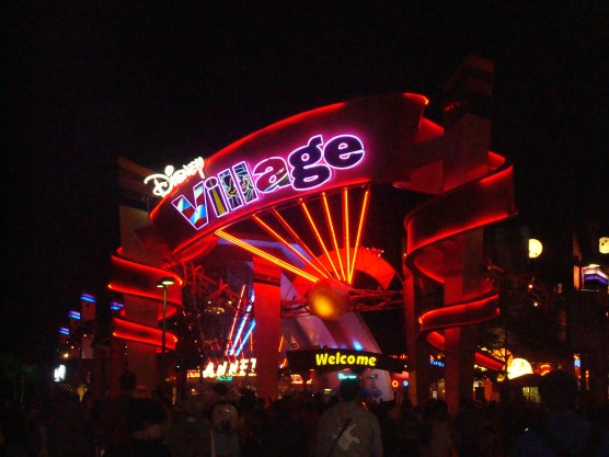 Disney Village som vågner når Disneyland lukker