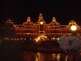 Lyset på hovedindgangen og Disneyland hotel
