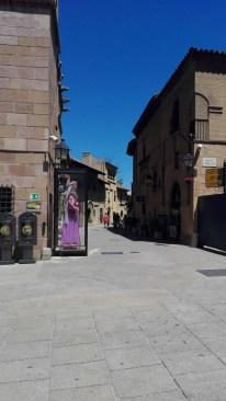 Der stod store figurer rundt omkring i Poble Espanyol - Figurerene bliver brugt til festivaller og parader