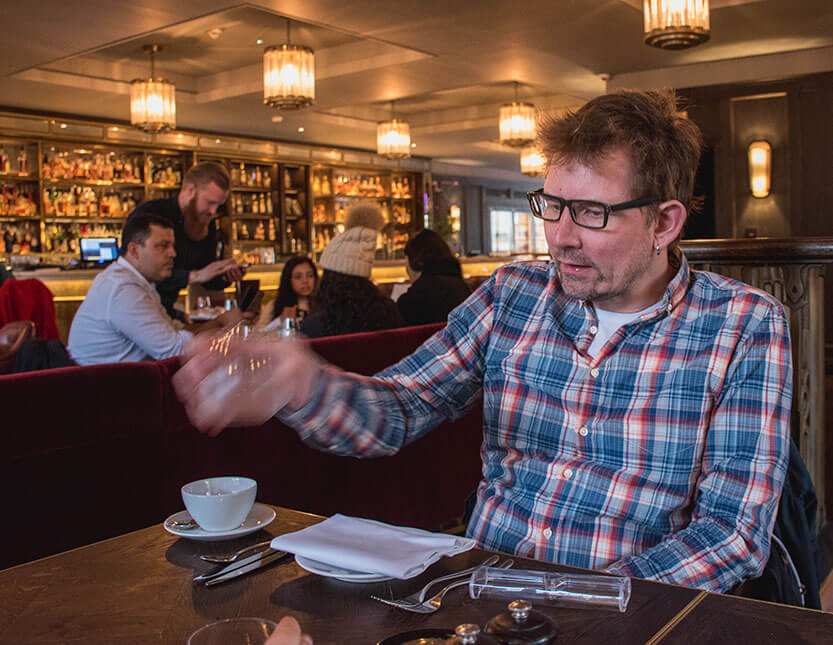 Peter venter på high tea. Barbecoa, London.