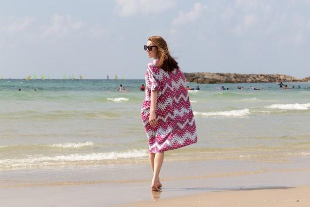 Pink Kaftan on beach_00018