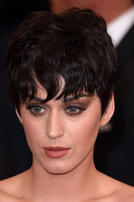 Friseur mit kurzen haaren