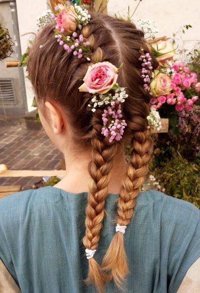 Blumen ins haar flechten