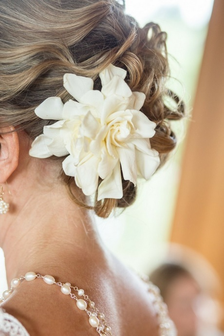 Brautfrisur mit blume