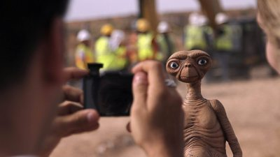 Image: ET movie alien having his picture taken