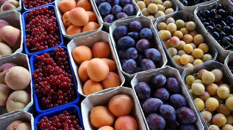 Image: Different kinds of fruit at a farmer's market