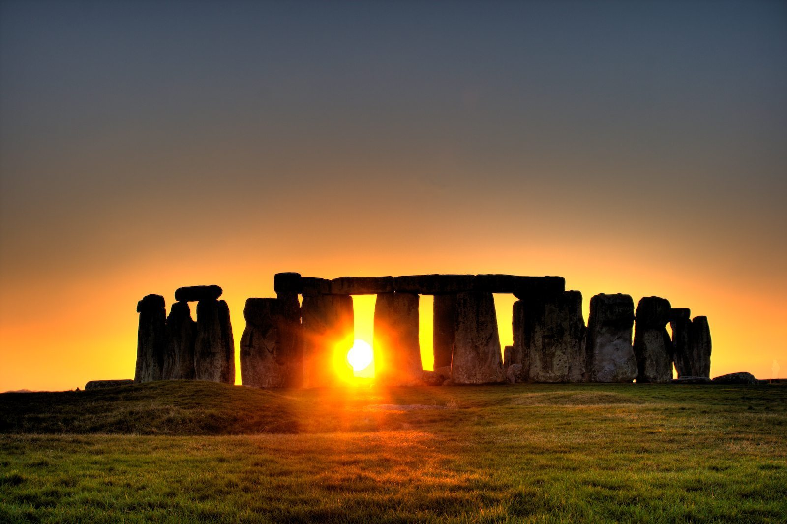 Image: Stonehenge with the sun setting through it