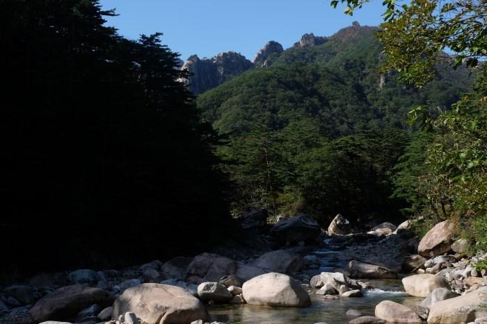 seoraksan national park biseondae hike river 700x467 - Hiking in Seoraksan National Park - Biseondae