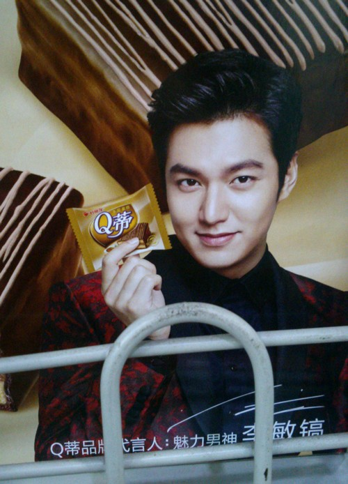 Lee Minho enjoying a snack